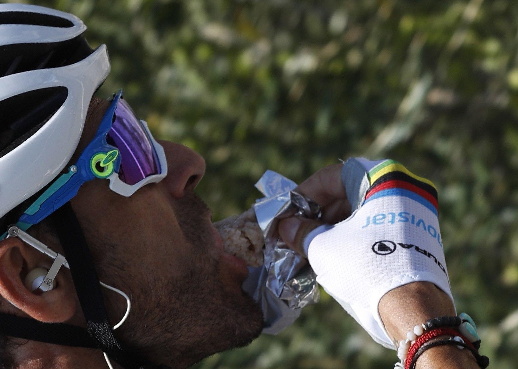 GRAF747. BENIDORM (ALICANTE), 25/08/2019.- El ciclista español del equipo Movistar, Alejandro Valverde, con el mailot de Campeón del Mundo, en el pelotón, durante la segunda etapa de la <HIT>Vuelta</HIT> a España 2019, etapa con salida en Benidorm y meta en Calpe, con un recorrido de 199.6 kilómetros.- EFE/Javier Lizón