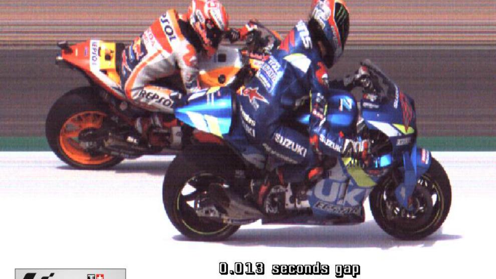 La 'foto finish' donde se ve a Rins venciendo a Márquez por 13...