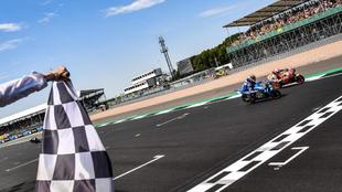 Rins supera a Márquez en la recta de meta de Silverstone.