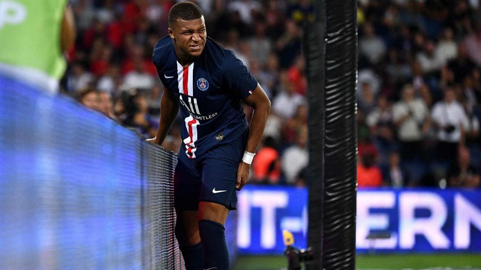 Mbappé (20), en el momento de su lesión.