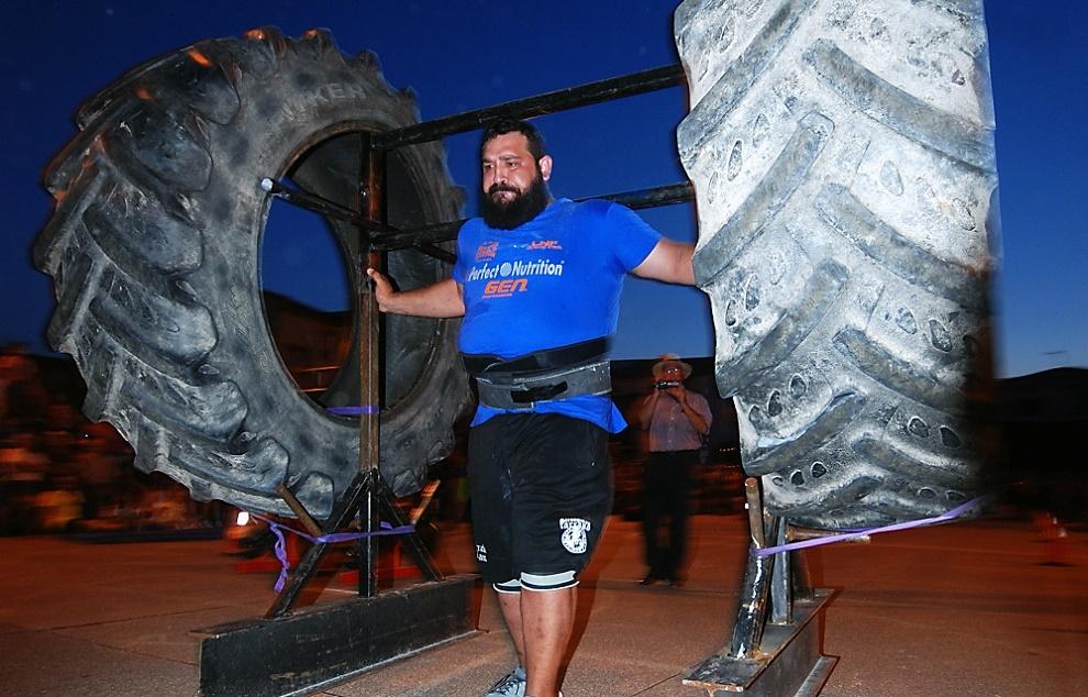 Juan Ferrer con el monstruoso yugo de 450 kg