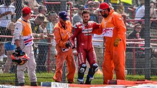 Andrea Dovizioso, tras la caída sufrida en Silverstone.