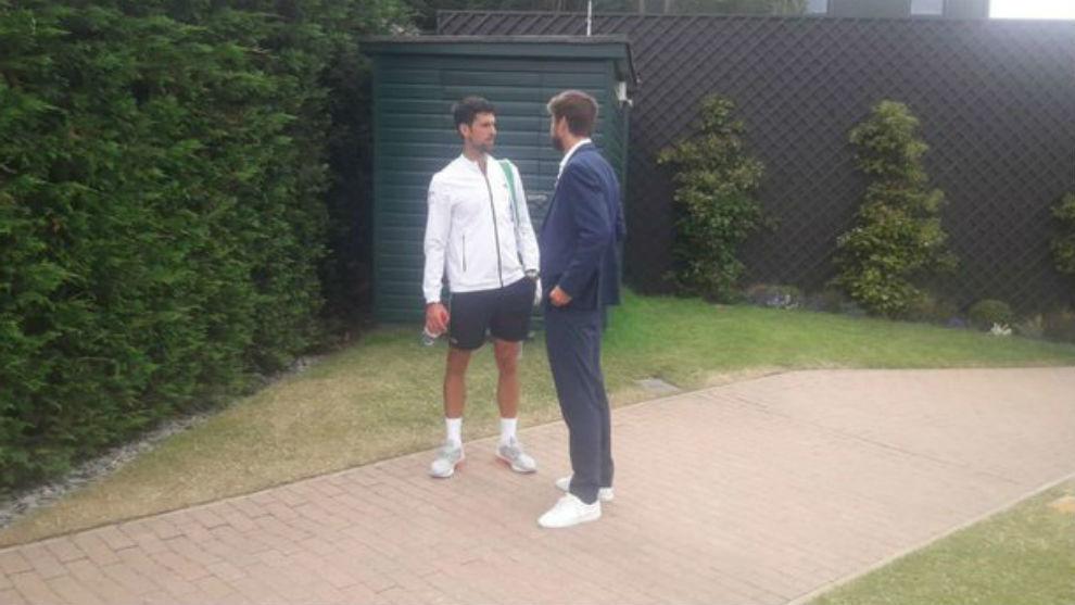 Djokovic y Piqué dialogan durante el torneo de Wimbledon