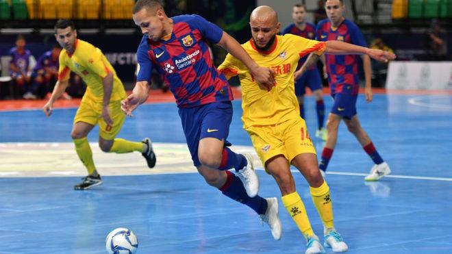 Ferrao se lleva el balón ante la oposición de Serginho