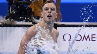 Kyle Chalmers celebra la victoria de los 100 metros libre en los...