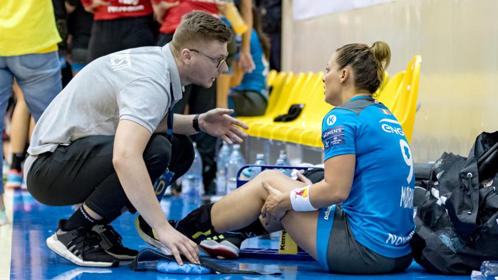 La jugadora internacional noruega del CSM Bucuresti rumano es atendida...