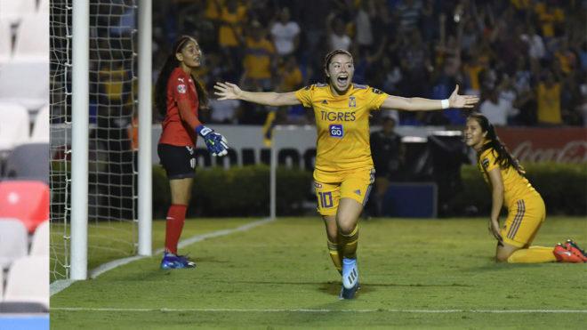 Katty Martínez festejando su gol