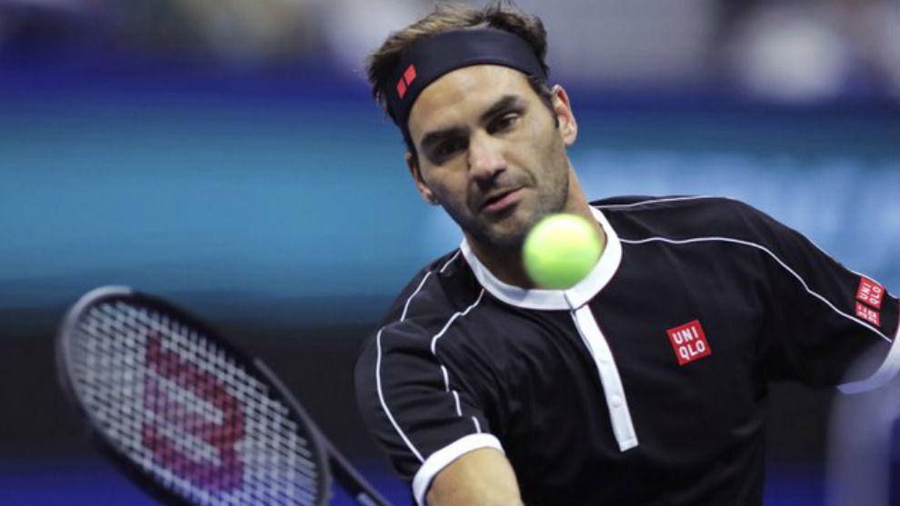 Federer ejecuta una volea