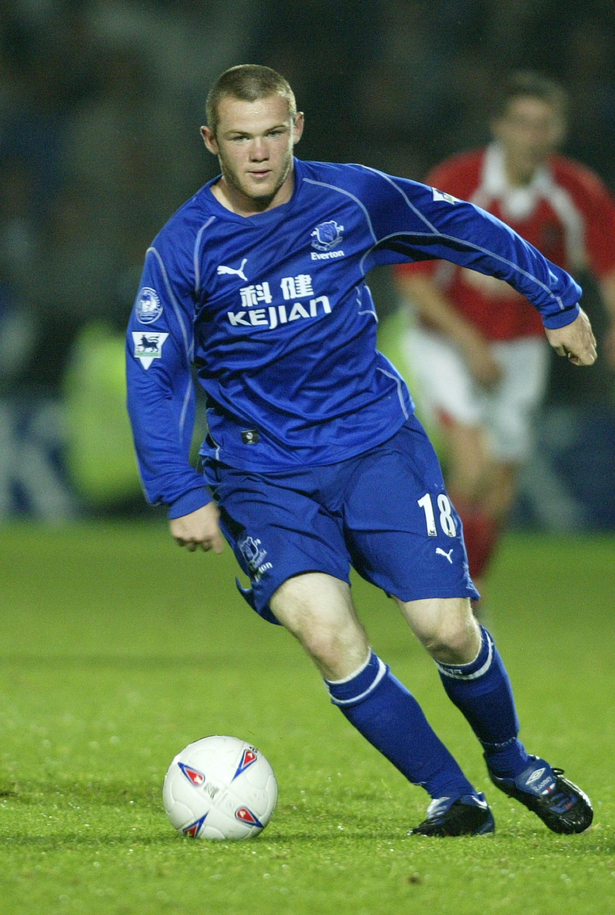 Rooney controla un balón con el Everton.