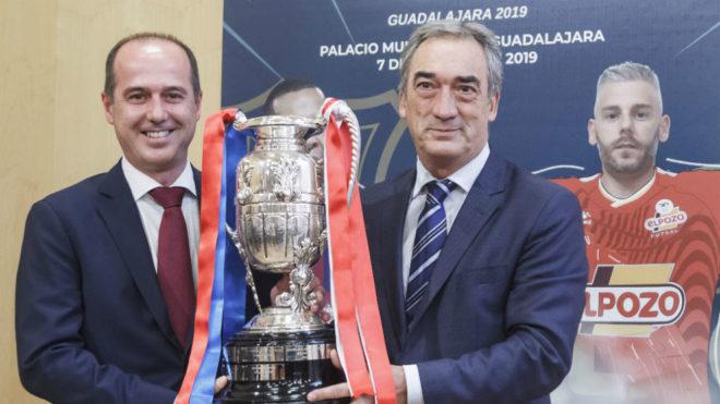 Alberto Rojo y Javier Lozano, con el trofeo de la Supercopa.