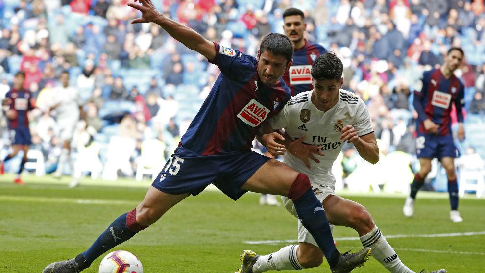 José Ángel puja con Asensio en el partido de la pasada Liga.