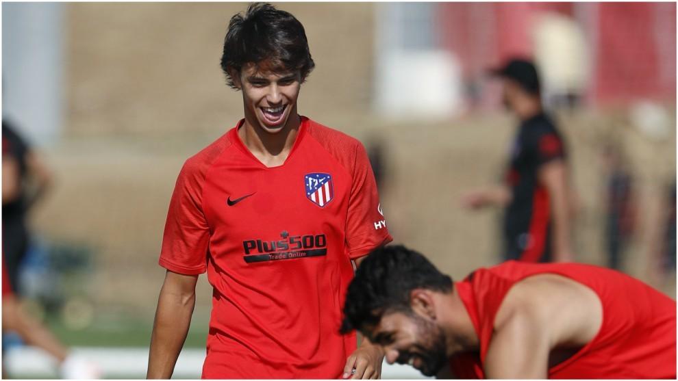 Joao Félix y Diego Costa bromean durante un entrenamiento