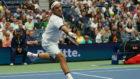 Federer intenta devolver una pelota
