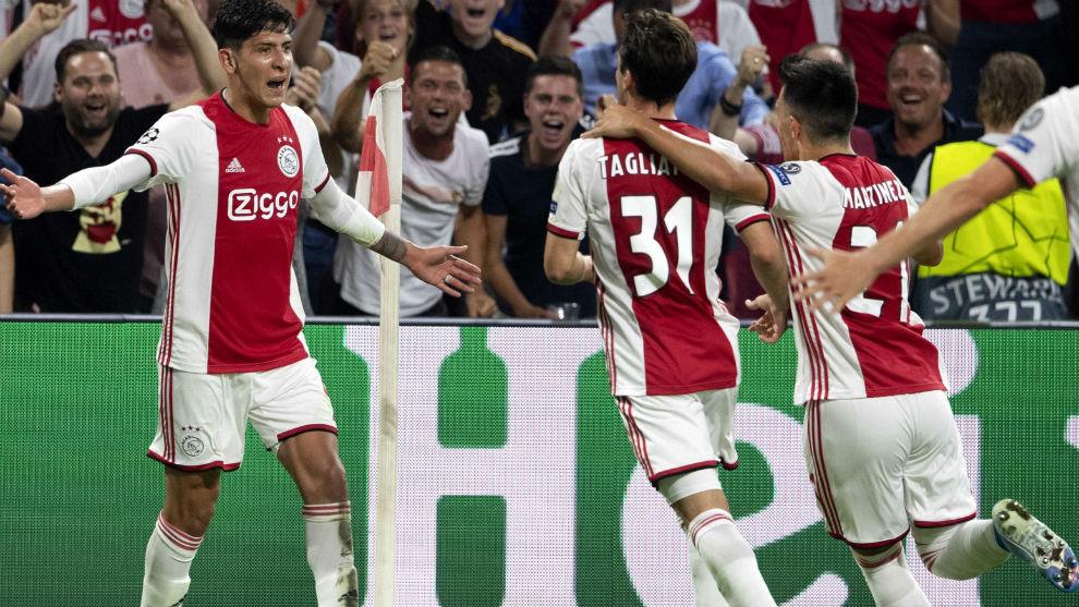 Edson celebra su gol junto a sus compañeros.