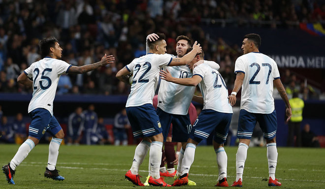 Messi y Lautaro Martínez festejan un gol.