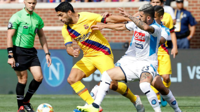 Hysaj defiende a Luis Suárez en un amistoso de esta pretemporada.