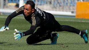 Keylor, durante el entrenamiento del Madrid en Valdebebas de esta...