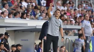 Míchel dando órdenes durante un partido con el Huesca