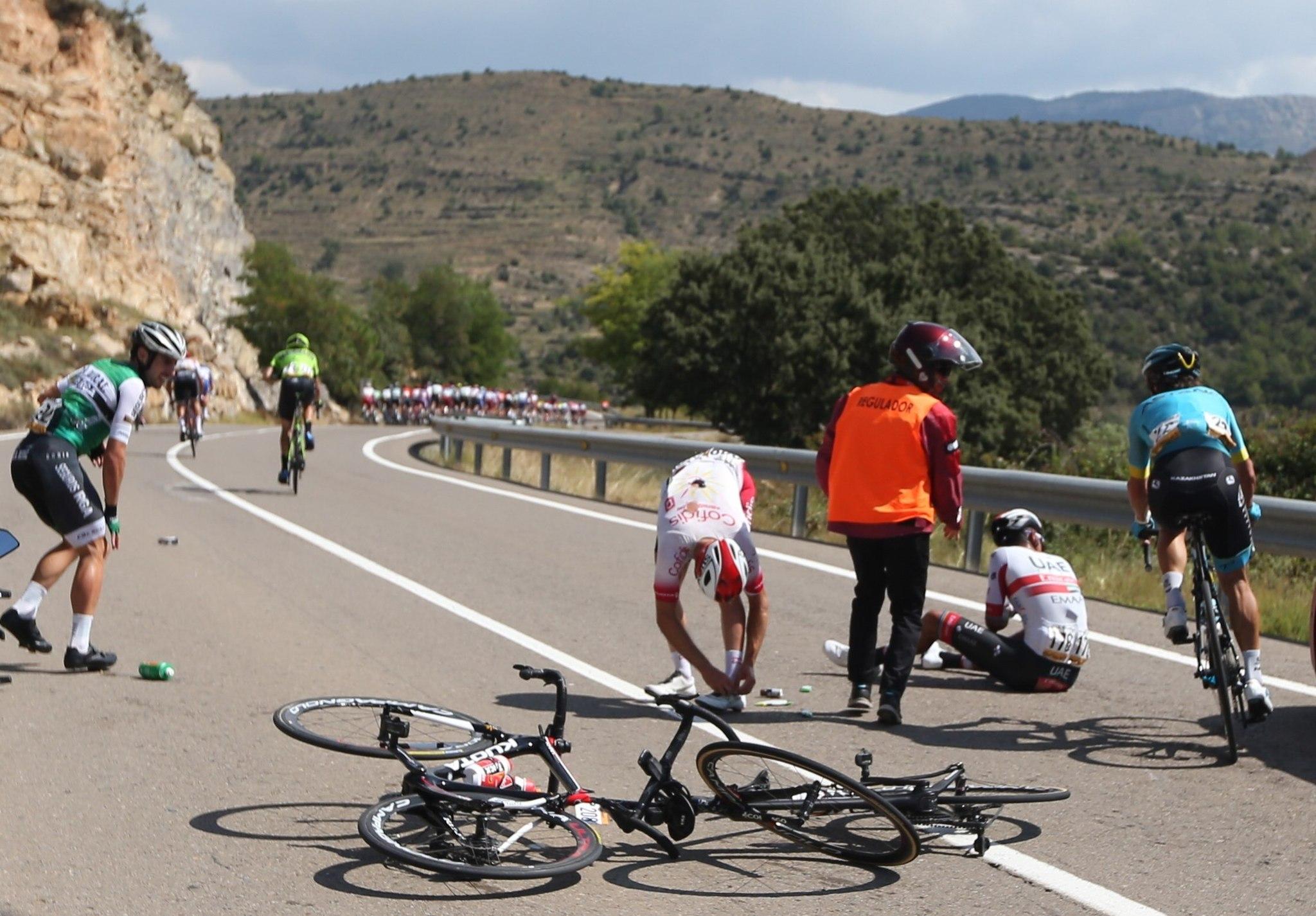 GRAF2664 MORA DE RUBIELOS (Teruel), 29/8/2019.-Caida en el pelotón durante la sexta etapa de la <HIT>Vuelta</HIT> a España 2019, etapa con salida en la localidad turolense de Mora de Rubielos y meta en la castellonense de Ares del Maestrat, con un recorrido de 198,9 kilómetros.- EFE/Javier Lizón