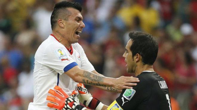 Medel abraza a Bravo en un partido de Chile.