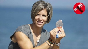 Teresa Portela muestra desde O Grove la medalla que ganó en el...