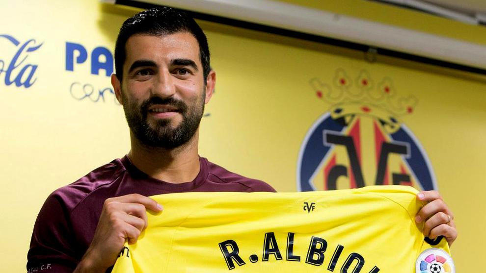 Raúl Albiol con la camiseta del Villarreal el día de su fichaje