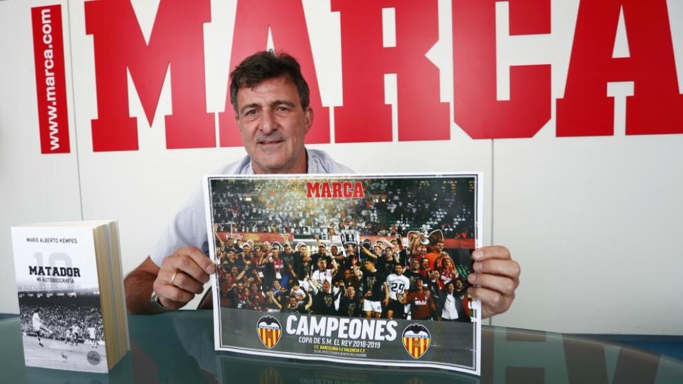 Kempes, en la redacción de MARCA con un póster del Valencia campeón...