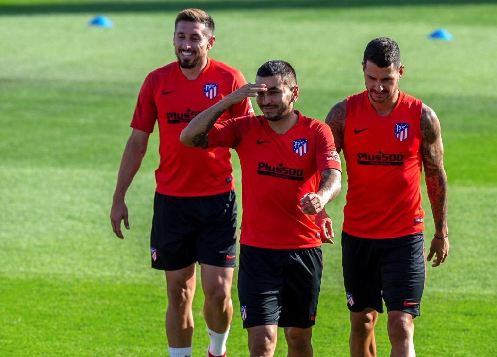 Correa, con Vitolo y Herrera, en un entrenamiento