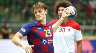 Jule Dolenec (30), se dispone a lanzar un 7 metros durante el partido...