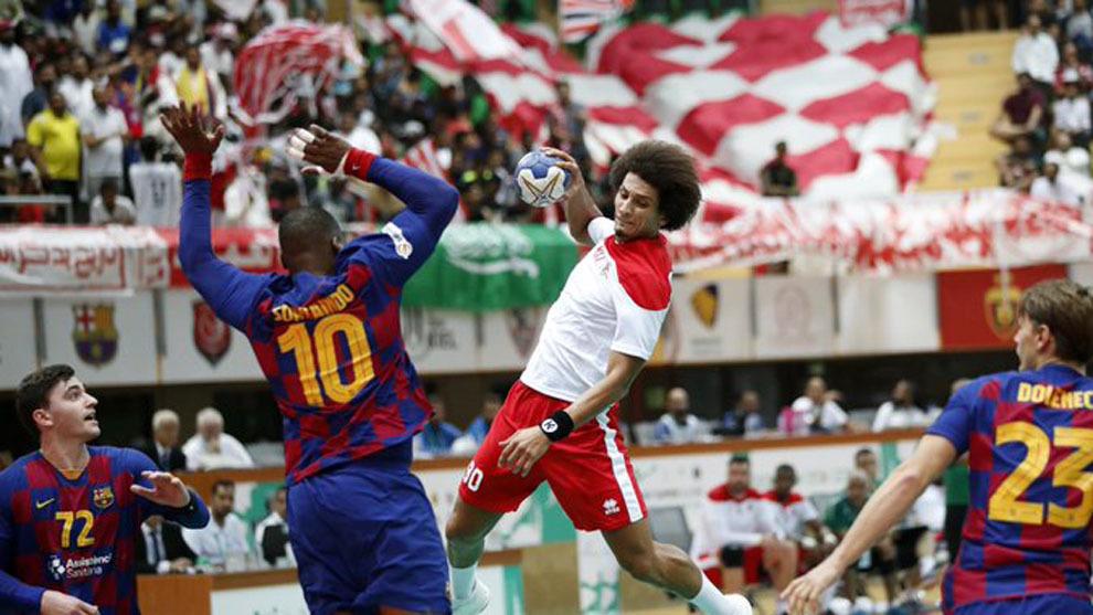 El lateral egipcio del Al Wedha, Ali Zein, trata de superar la defensa...