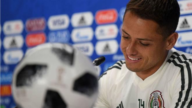 Javier Hernández, en una rueda de prensa con su selección.