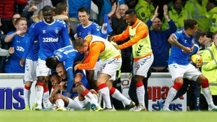 Los jugadores del Rangers celebran el gol del triunfo al Legia.