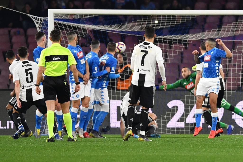 Pjianic lanza un libre directo ante la mirada de Cristiano Ronaldo en...