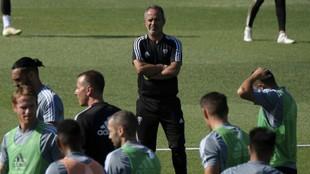 Álvaro Cervera mira a sus jugadores durante una sesión