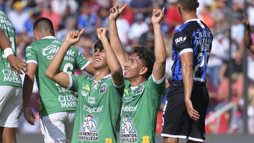 José Juan Macías y Ángel Mena festejan ante Gallos