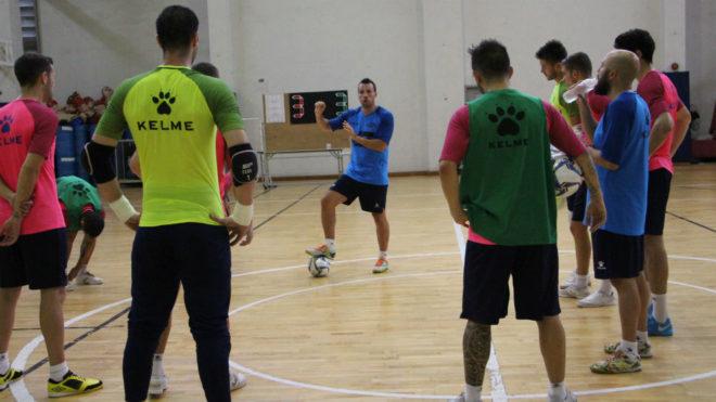 Diego Giustozzi da instruccuiones en un entrenamiento en Bangkok.