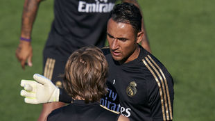 Keylor charla con Modric durante el entrenamiento de esta mañana.