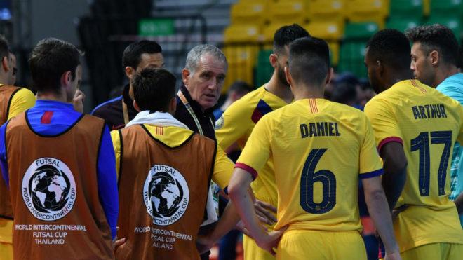 Andreu Plaza da instrucciones a sus jugadores.
