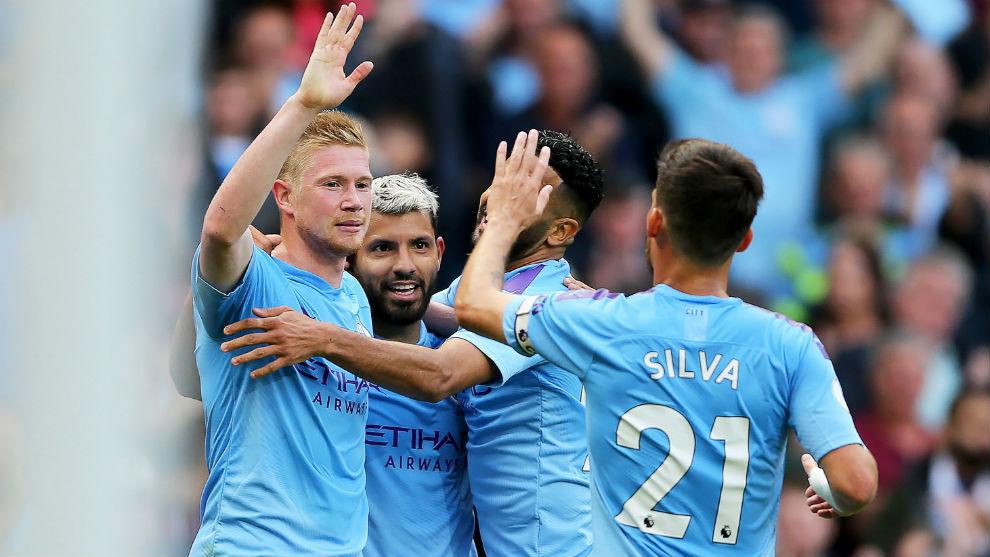 Los jugadores del City celebran el gol de Agüero (31).