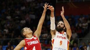 Ricky Rubio lanza un triple ante Túnez.