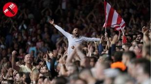 La afición del Southampton celebra una jugada de su equipo en la...