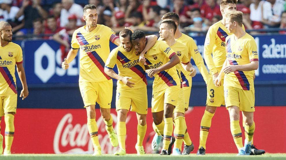 Ansu Fati es felicitado tras marcar su primer gol con el Barcelona.