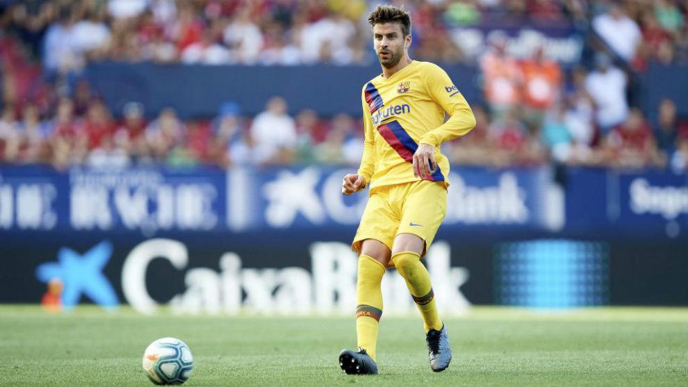 Gerard Piqué controla un balón contra Osasuna.