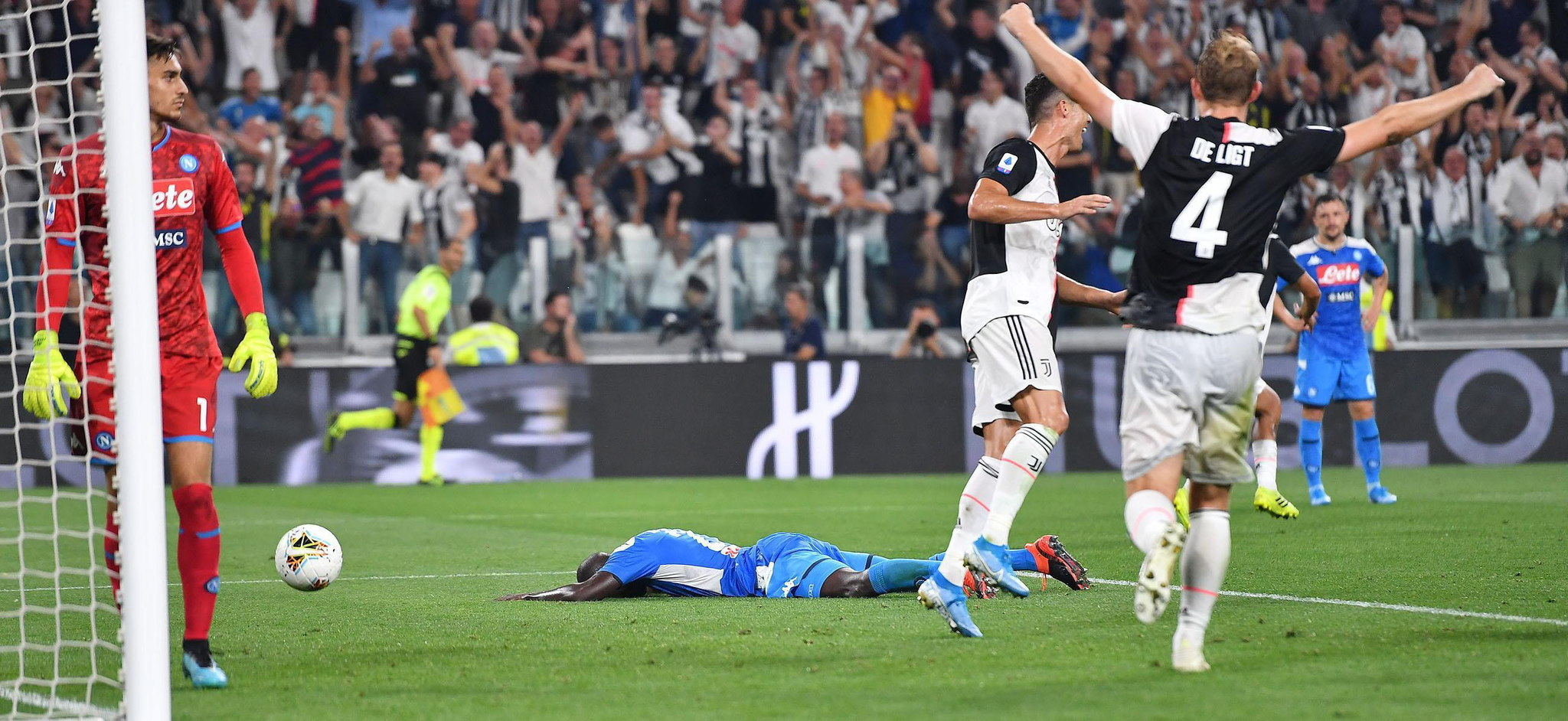 Turin (Italy), 31/08/2019.- Napolis Kalidou <HIT>Koulibaly</HIT> shows his dejection after his own goal during the Italian Serie A soccer match Juventus FC vs SSC Napoli at the Allianz Stadium in Turin, Italy, 31 August 2019. (Italia) EFE/EPA/ALESSANDRO DI MARCO