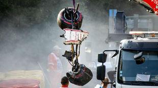 La grúa levanta la parte delantera del Sauber F2 de Juan Manuel...