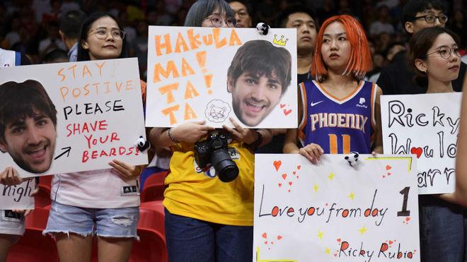 Aficionadas lucen pancartas de Ricky Rubio en Guangzhou