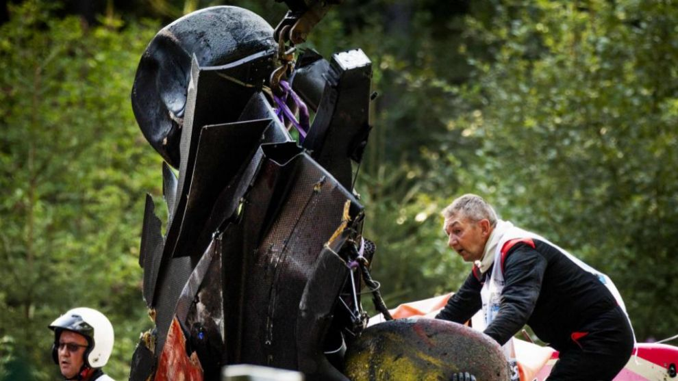 Los comisarios trabajan en Spa tras el accidente.