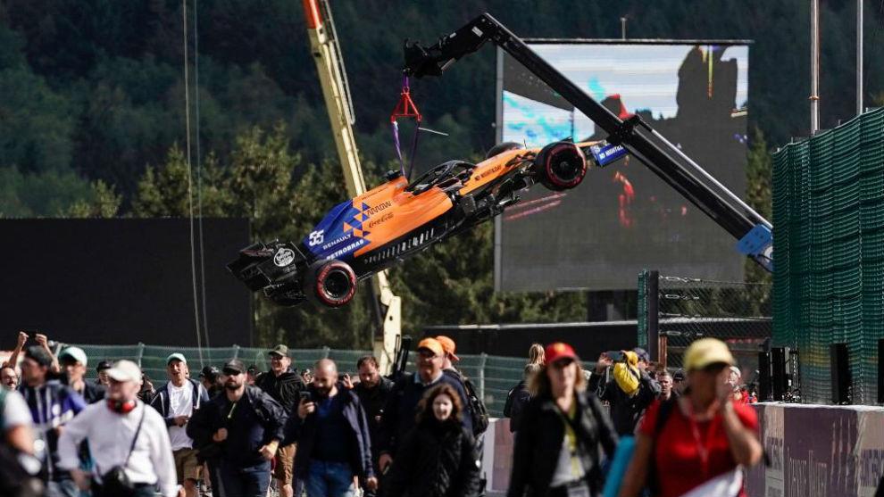 El McLaren de Carlos Sainz, en la grúa en Spa.