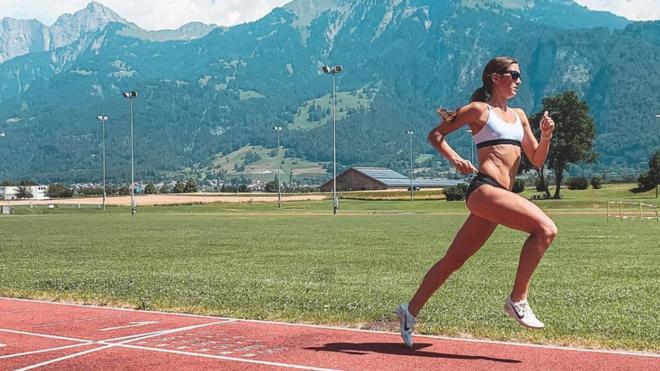 La atleta alemana Gesa Krause entrenando