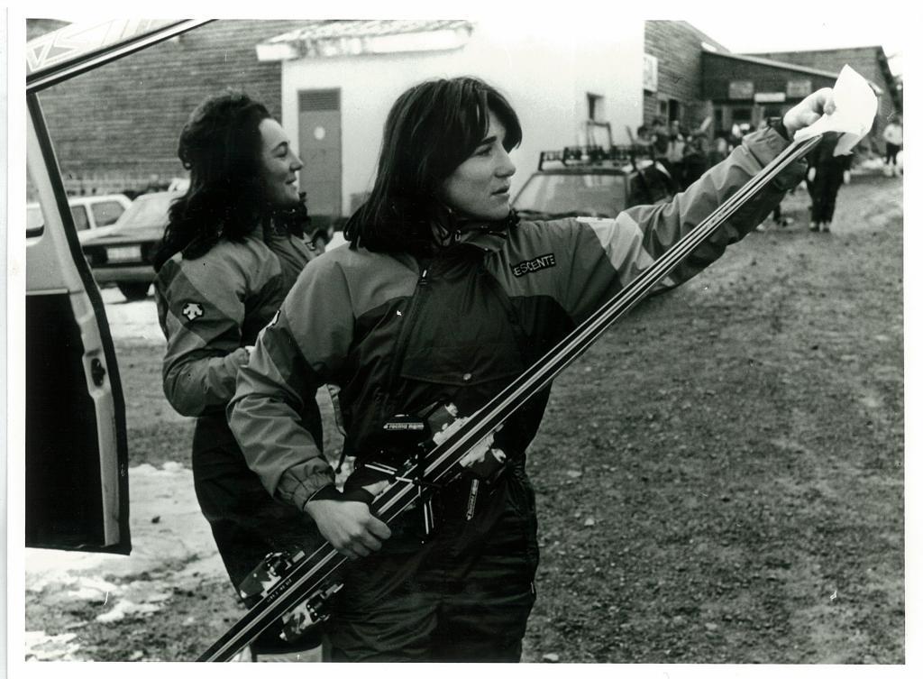 Blanca, junto a su hermana, se dispone a colocarse los esquíes